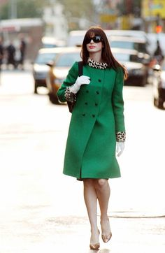 That Kelly green coat look on Anne Hathaway from The Devil Wears Prada. Prada Outfits, Chic Outfits, Glamour Vintage, Cooler Stil, Estilo Cool, Devil Wears Prada, Funny Fashion, Fashion Movies, Green Coat