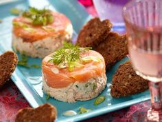 Skøn og nem lakseanretning - se opskriften her Tapas, Danish Food, Fish Dishes, Desert Recipes, Light Recipes, Sandwiches, Food Inspiration, Appetizer Recipes, Good Food