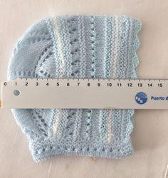 sas florecitas al minuto que quedan tan bonitas en cualquier Baby Sweater Knitting Pattern, Baby Hats Knitting, Baby Knitting Patterns, Knitting Designs, Hand Knitting, Knitted Hats, Knit Crochet, Crochet Hats, Baby Bonnets