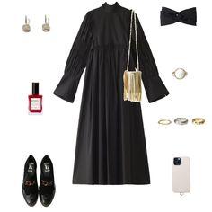 「チカキサダ」のブラックドレスは、ボリュームのある袖がポイント。シャーリングと大きなカフスでメリハリをつけた個性的なアイテム。ブラック1色だからこそ、遊び心のあるデザインが映えます。ボウタイは本誌掲載のようにフロントで結んだり、背中側に垂らしても◎。1枚でエレガントなおしゃれが叶うし、さらに秋が深まってきたらニットカーディガンやジャケットを羽織ってもいいですよ。今回は厚底タイプのローファーで合わせたけれど、ロングブーツでスタイリングするのもおすすめ。着るだけで背筋がしゃんと伸びて、おしゃれのモチベーションが復活しそうなドレスです。