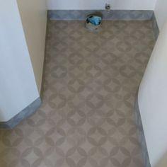 Det är inte alltid vardagen är helt spikrak, ibland kan det svänga både hit och dit. På bilderna ovan så svängde det ordentligt för Börje, både raka, sneda och runda hörn och bra blev det #aegolv #våtrumsmatta #våtrum #toalett #wc #bathroom #golv #hantverkare