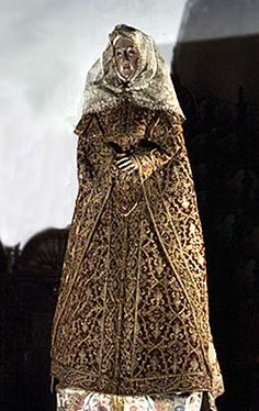 Dress of Isabela of Valois, on the statue of Virgin Mary from 16th century, Museo de Convento de San Clemente, Toledo, oronoz.com