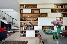 Стенки в зал: обзор современной и функциональной мебели для гостиной http://happymodern.ru/stenki-v-zal-45-foto-vybiraem-idealnuyu-mebel/ Интересная стенка с необычными геометрическими полочками, где можно разместить все самое необходимое