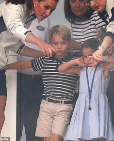 Princess George and Princess Charlotte watch Prince William and Kate Middleton in a sailing regatta Duke William, Prince William And Catherine, William Kate, Duchess Kate, Duke And Duchess, Duchess Of Cambridge, Elizabeth Ii, Helen Glover, Princess George