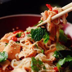 Salmon with rice noodles - Makaron ryżowy - Kwestia smaku Salmon Recipes, Fish Recipes, Seafood Recipes, Asian Recipes, Great Recipes, Cooking Recipes, Favorite Recipes, Healthy Recipes, Healthy Dinners