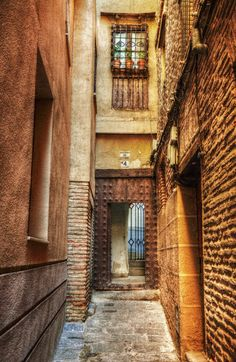 old alley in Toledo, Castilla-La Mancha Places To Travel, Places To Visit, Bay Of Biscay, Toledo Spain, Invisible Cities, Iberian Peninsula, Alleyway, Balearic Islands, Canary Islands