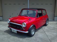 ≪No.0206≫  ・ニックネーム  イタくま       ・メーカー名、車種、年式  ローバー ミニメイフェア1.3i 1994年     ・アピールポイント  イノチェンティミニパーツ組み込みメイフェア。フロントエンブレム・70年代パーソナルステアリング・シフトノブは「i」マークにグリルとリアトランクのオリジナルエンブレムは「Mayfair」にそれぞれeBayで入手換装。イエーガーメーターはタコメーターのみローバー製のユニットに換装。