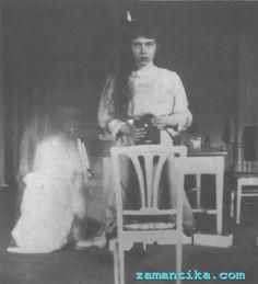 Rusya'nın son Çarı 2. Nikolay'ın şanssız kızlarından olan Prenses Anastasia (Grand DüşesAnastasia Nikolaevna) 14 yaşında iken aynaya bakarak bu pozu çekmişti. Arkadaşına yazdığı mektupta fotoğraf makinesi yüzünden ellerinin titrediğini belirtmeyi de ihmal etmemişti. Anastasia'nın hayatı ne yazık ki tüm aile bireyleri gibi trajedi ile bitmişti. Bolşevik İhtilali'nden sonra da Nisan 1918'de de Urallar'daki Yekaterinburg'a götürülen aile Beyaz Ordu'nun çarı kurtarmaları olasılığı üzerine…