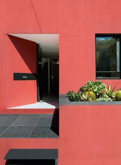 No projeto, os destaques são o uso do rosa nas paredes e o rooftop, que conta com piscina, deque e área de jantar