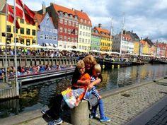 Poseren bij de Nyhavn in Kopenhagen