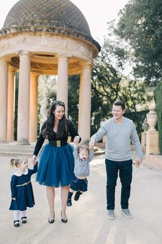 Best Family Photo Shoot Tips For Amazing Family Photos Elegant Engagement Photos, Engagement Photo Outfits, Cute Family Photos, Family Photo Outfits, Photo Shoot Tips, Professional Photo Shoot, Photo Look, Family Portraits, Photo Sessions