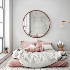 Lustro Scandi w cienkiej miedzianej ramie. Okrągłe lustro w stylu skandynawskim
