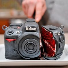 red velvet cake that looks exactly like a nikon camera. TheyCallMeDarbs red velvet cake that looks exactly like a nikon camera. red velvet cake that looks exactly like a nikon camera. Unique Cakes, Creative Cakes, Creative Food, Creative Photos, Beautiful Cakes, Amazing Cakes, Gateau Harry Potter, Camera Cakes, Velvet Cake