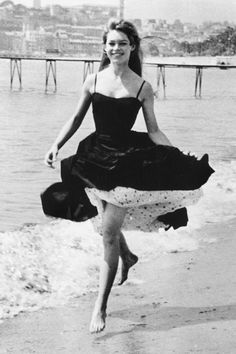 Vintage Summer Icons - Classic Vintage Photos of Iconic Women - Brigitte Bardot Cannes France 1956 women 49 Vintage Pictures of Our Favorite Icons Enjoying Summer Hollywood Fashion, Old Hollywood, Hollywood Actresses, Hollywood Icons, Brigitte Bardot, Bridget Bardot, Cannes Film Festival, Style Hollywoodien, French Style