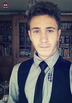 Back to school -_- Imbracaminte: -Cravata Slim(Neagra) -Camasa Slim(Gri) -Ac de cravata -Vesta(Culoare cat mai inchisa) -Jeans Negri  -Tenisi de culoare inchisa