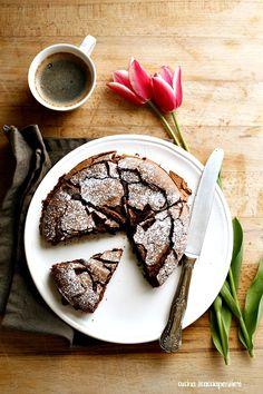 La torta Tenerina, e' una torta tipica della zona di Ferrara a base di cioccolato fondente. Nel mio caso nasce come riciclo per le uova d...