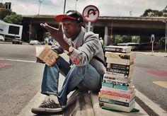 A inspiradora história do sem-teto que se recusa a pedir esmola e ganha a vida vendendo livros usados