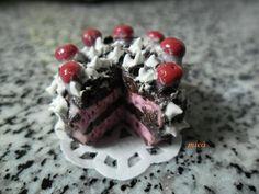 bolo chocolate e morango com chantili