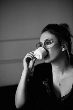 "essencevita: "" Caffettiamo. Buon Pomeriggio! "" Ft Tumblr, Stupid Girl, Coffee And Cigarettes, Daily Hairstyles, Coffee And Books, Girls With Glasses, Photo Black, Famous Women, Classic Outfits"