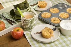 Leuk om te doen, zelf appel-kruimelkoeken bakken. Je kunt ze in kant-en-klaar in de winkel kopen, maar zelfgemaakt is toch het lekkerst!