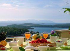 Dai un'occhiata a questo fantastico annuncio su Airbnb: Sweetbay Luxury apt Hvar town 6+1 P a Lesina