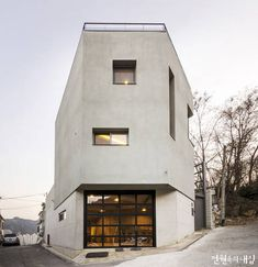 In Hongeun-dong South Korea - Chico & Chica House by Cho and Partners. Photographed by Haewook Jeong. Villa Design, Loft Design, Narrow House Designs, Study Interior Design, Design Exterior, Corner House, Small Buildings, Architect House, Facade Architecture
