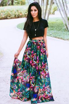 Floral maxi skirt with simple plain short tee. Maxi Skirt Outfits, Dress Skirt, Maxi Skirt Outfit Summer, Spring Summer Fashion, Spring Outfits, Summer Fall, Fall Winter, Mode Outfits, Fashion Outfits