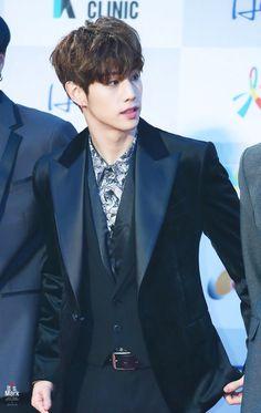"""Las 10 fotos más impresionantes que hacen que este idol sea el """"más guapo"""" – Mundo K-POP"""