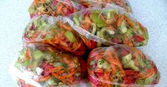 Ingrediente : 1 kg morcovi 1 kg ardei gras 1 kg rosii 1 kg ceapa verdeata… Vegan Recipes, Cooking Recipes, Freezer Meals, Fresh Rolls, Cabbage, Bakery, Good Food, Frozen, Food And Drink