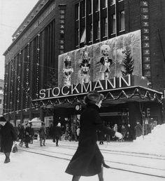Tavaratalon joulukoristeita Stockmannin Aleksanterinkadun puoleisen sisäänkäynnin yläpuolella. Hakli Kari 1970. Helsingin kaupunginmuseo.