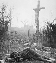 1ª Guerra Mundial: Una de las fotos más extrañas tomadas después de que el humo se disipó, fue la de este hombre muerto debajo de un crucifijo que curiosamente no sufrió ningún daño en la explosión