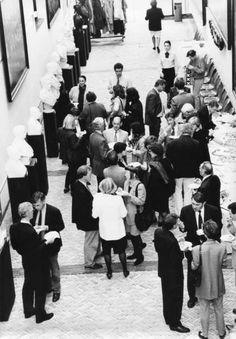 Er hangen maar liefst drie genomineerden van Kunstenaar van het Jaar in de Schuttersgalerij! Het was altijd al een mooie ruimte om van kunst te genieten zoals deze Kamerleden in 1994 deden, maar nu helemaal, met (naast het werk van vele anderen) de bekroonde werken van Erwin Olaf, Marlene Dumas en Barbara Broekman.