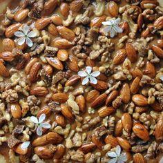 Mazurek z kajmakiem i bakaliami zanurzonymi w miodzie gryczanym Almond, Beans, Vegetables, Almond Joy, Vegetable Recipes, Almonds, Beans Recipes, Veggies