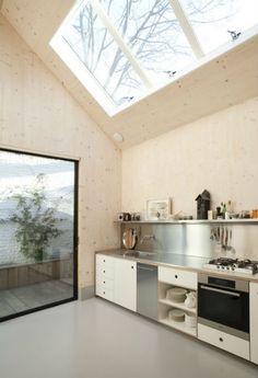 bij de garage kun je ook op deze manier licht creeren, minder op de kijk, maar ook minder wegkijk...  Mooie lichte keuken door grote dakraam