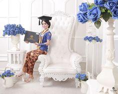 Warna Indonesia 02 Graduation Pose, Graduation Photos, Kebaya Modern Dress, Portrait Ideas, Ootd, Indoor, Poses, Group, My Style