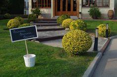Rótulo CEREMONIA en blanco y verde. www.eventosycompromiso.com