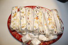 Fransk Nougat eller Torrone er en nydelig liten godbit som ikke bare ser nydelig ut, smaker godt gjør den også. Flotte å gi bort i jule eller bursdagsgave. De ser jo så vakre ut at man får nesten v…