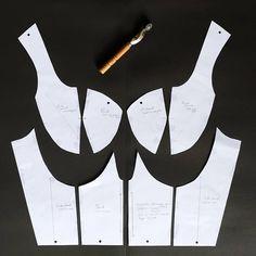 Corset Sewing Pattern, Pattern Drafting, Dress Sewing Patterns, Clothing Patterns, Pattern Cutting, Pattern Making, Fabric Manipulation Fashion, Diy Dress, Fashion Sewing
