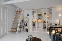 Acceso al entrepiso del monoambiente mediante una escalera empinada