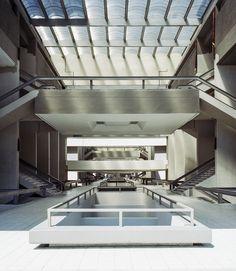 Dans l'un des bâtiments du collège militaire, ce vaste hall, comme d'autres endroits du site, a accueilli des scènes de Total Recall (1990), le film de Paul Verhoeven.