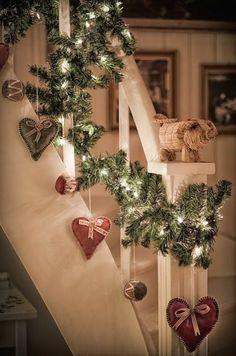 guirlande lumineuse ikea pour l'escalier en bois blanc
