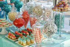 Mesa dulce para fiesta temática de colores aqua y coral. #MesasDulces