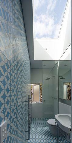 banheiro estreito com vidro fixo