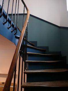 Renovation stairwell Paris 75 - NTD Renovation in ALLEINS, Bouches -. Lobby Interior, Interior Design Kitchen, Interior Design Living Room, Stair Well, Escalier Design, Flur Design, Hallway Designs, Stairways, Colorful Interiors