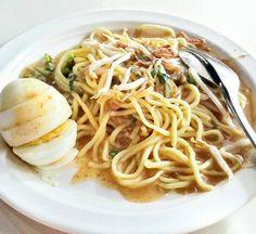 10 RESEP ANEKA MIE KHAS INDONESIA YANG SALAH SATUNYA DIJADIKAN VARIAN MIE INSTAN - RESEP MANTAN Indonesian Cuisine, Asian Recipes, Ethnic Recipes, Spaghetti, Cooking Recipes, Pasta, Food And Drink, Noodles, Ms