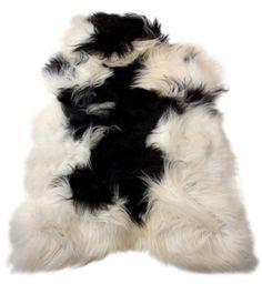 Peau noire et blanche mouton islandais -  black and white icelandic sheepskin  #black&white #decoration #Schafhaut #fireplace #decorativeskin #decorativefur #interior #decorationinterieur  www.norki-decoration.com