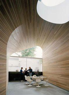 Doordat wanden en plafond in elkaar overvloeien krijgt de ruimte een soort 'holachtig' karakter als u begrijpt wat ik bedoel?