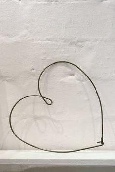 simple using wire hanger Wire Hanger Crafts, Wire Hangers, Wire Crafts, Door Hangers, I Love Heart, Happy Heart, Diy Décoration, Coat Hanger, Wire Art