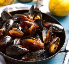 Από τους πιο δημοφιλείς μεζέδες του ούζου και του τσίπουρου, τα αχνιστά μύδια έχουν λίγο κόπο στην προετοιμασία τους αλλά οι νοστιμιά τους σας αποζημιώνει με το παραπάνω. Greek Recipes, Fish Recipes, Seafood Recipes, Asian Recipes, Cooking Recipes, Greek Appetizers, Greek Cooking, Aesthetic Food, Kitchens