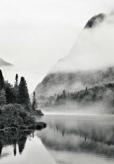 Montagne et lac au noir et blanc